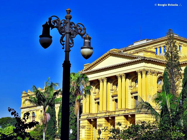 Fotocomposição com um poste antigo e a fachada do Museu do Ipiranga