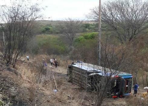 MILAGRES-CE: Duas pessoas morrem em colisão entre carro e ônibus na BR-116