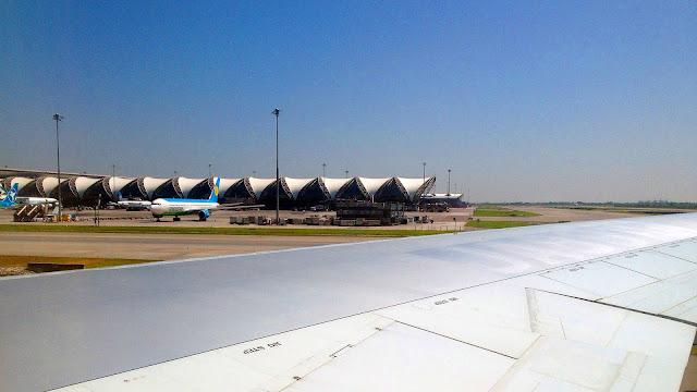 Изображение неба над аэропортом Бангкока, Тайланд