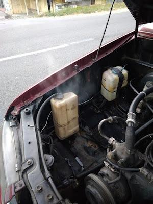 Uap panas keluar dari tangki cadangan air radiator