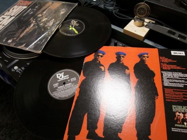 オリジナルプレスのレコードと再発レコードの写真資料です。