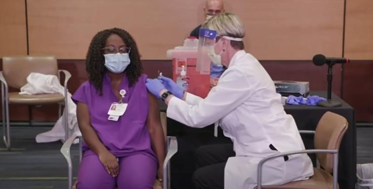 Petugas Kesihatan terima suntikan vaksin