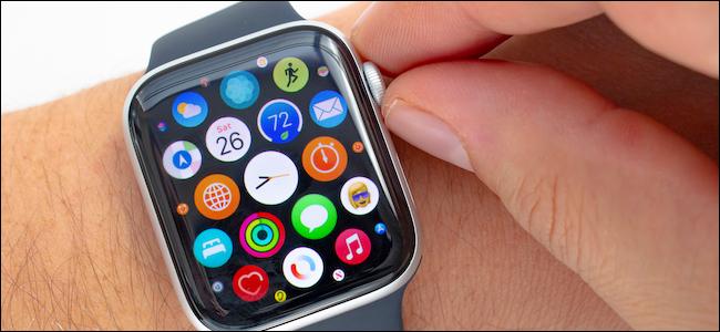 مستخدم Apple Watch يدور التاج الرقمي بدون ردود فعل لمسية