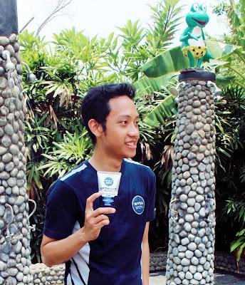 Blogger Eksis sebagai bagian dari pria muda yang wajahnya ekstra cerah