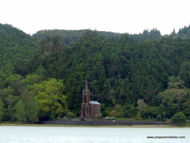 ermita en la Laguna de Furnas