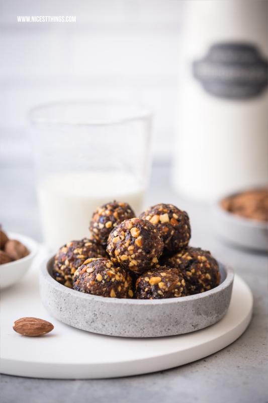 Gesunder Snack: Vegane Energy Balls mit Mandeln, Pflaumen und Zimt