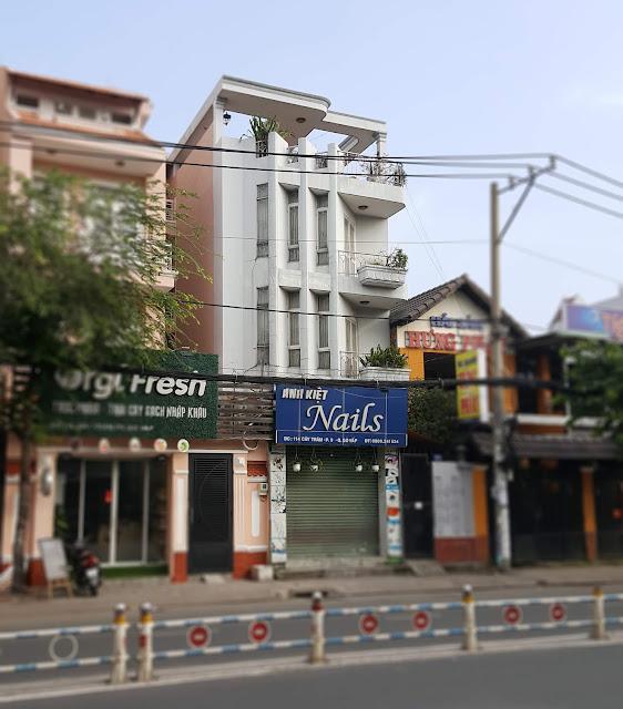 mặt tiền nhà phố hướng Tây đẹp với tạo hình các thanh lam đứng