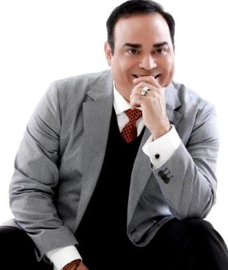 Foto de Gilberto Santa Rosa en terno y corbata