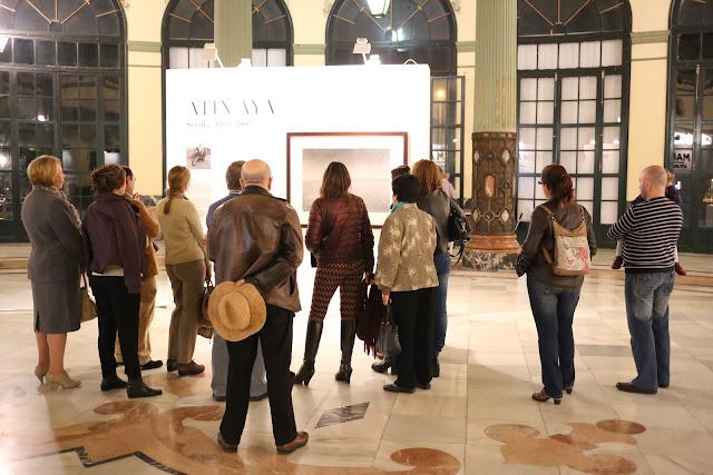 Personas en el Gran Salón de visita a una Exposición