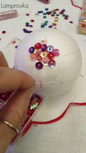 Οδηγίες για να φτιάξεις χριστουγεννιάτικη μπάλα με παγιέτες.