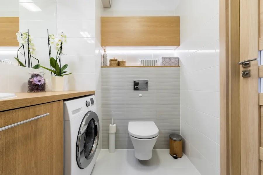 Baño blanco con lavadora