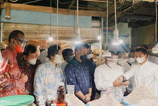 """Bangkitkan Perekonomian Sumut,  Bank Sumut Gelar """"Sapa Pasar"""" dan Beri Bantuan Alat Prokes ke PD Pasar Medan di HUT ke-59"""