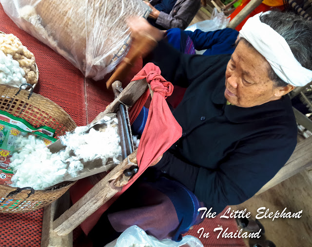 Making cotton for the traditional Tai Lue cloths in Nan - Thailand