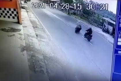 Detik- Detik Tabrakan Dua Motor Terekam CCTV Satu Orang Tewas