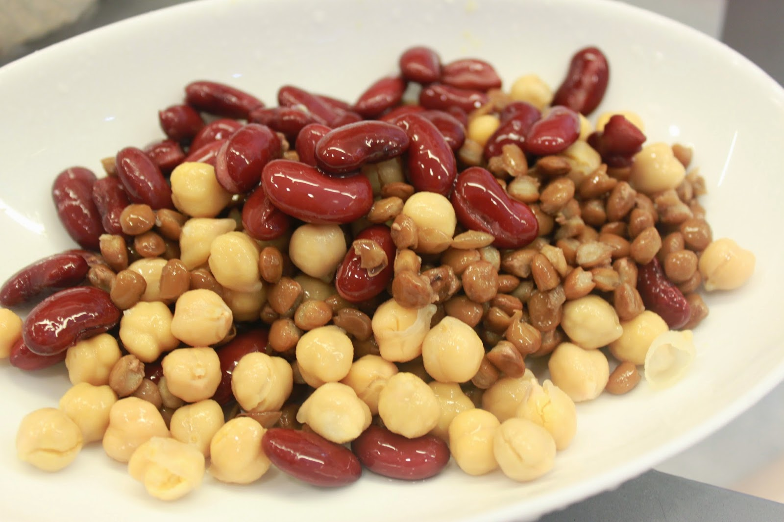 大蚊廚房 : 蕃茄濃湯豬肉腸燴雜豆