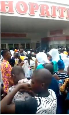 Shoprite Ilorin Locks Doors As Crowd Stormed Their Store (VIDEO)