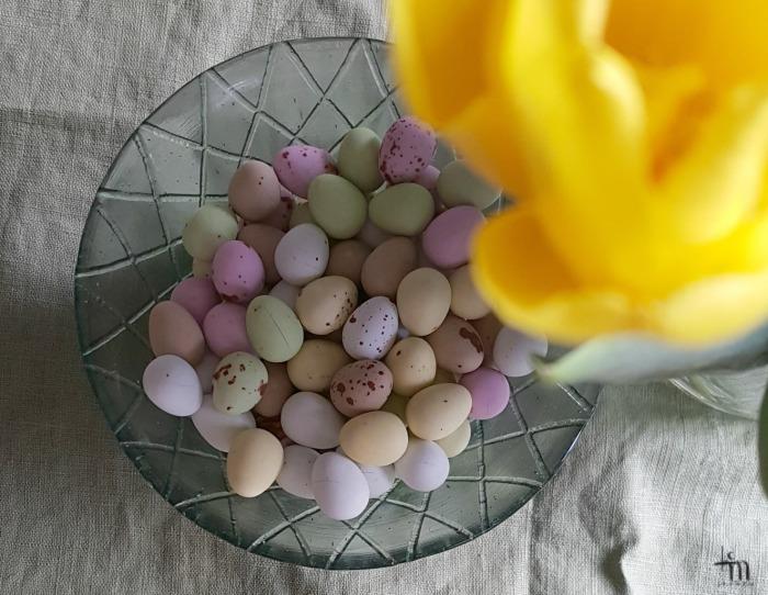 Pääsiäisen suklaamunia ja keltainen tulppaani