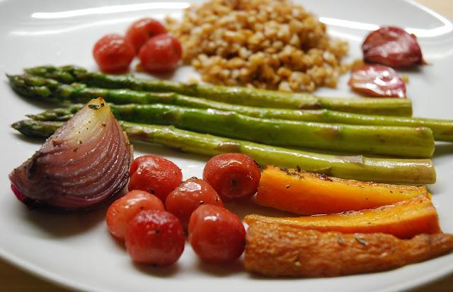 Cerises, oignons, ail est carottes rôtis au four et asperges braisées