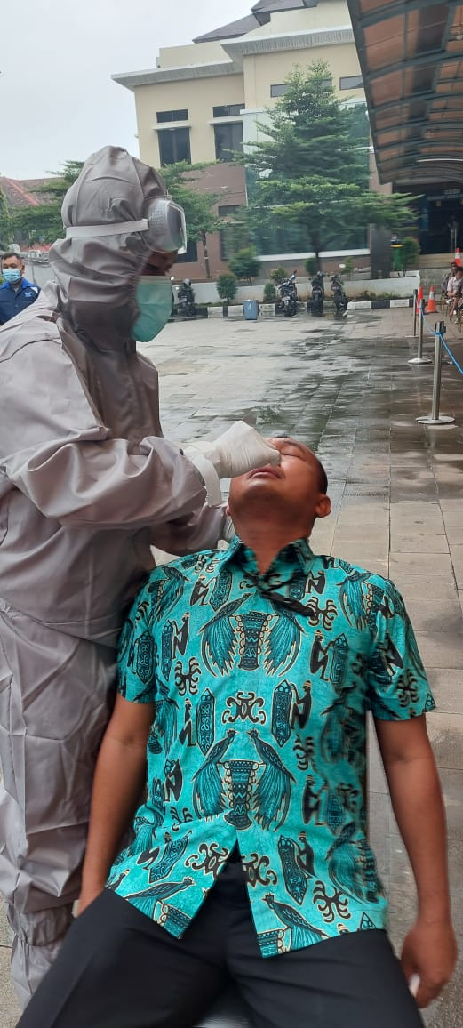 Antisipasi Penyebaran Covid-19, Anggota Samsat Depok Jalani Tes Swab