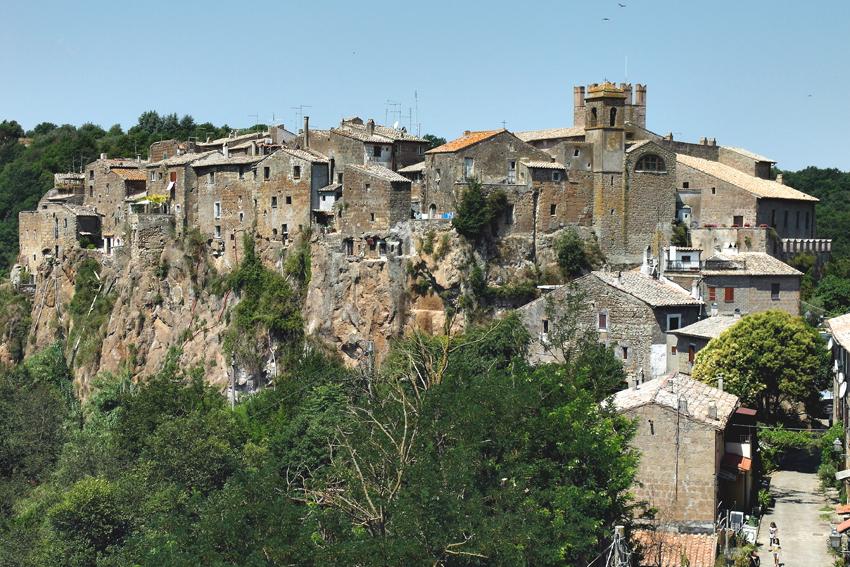 Calcata miasteczko na tufie, położone zaledwie 40 km od Rzymu.