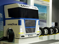 Camionul Goodyear din piese LEGO