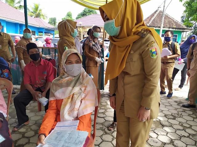 Bunda Dewi Tinjau Penyaluran Bantuan Tunai di Kecamatan Pugung