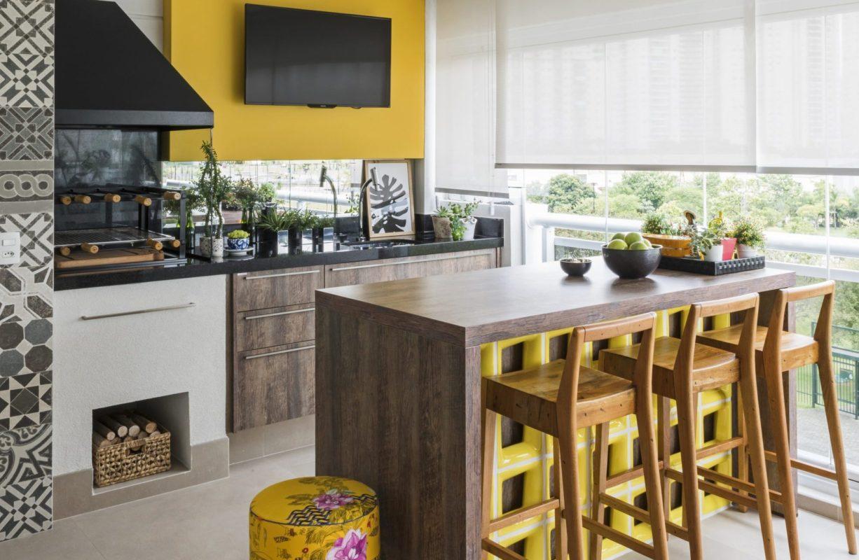 cocina con balcón integrado (cerrado con cortinas de cristal)