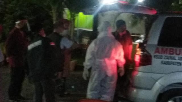 PS Pasien positif COVID 19 di kelurahan Tiuh Balak Pasar dibawa petugas RS Zainal Abidin Pagaralam