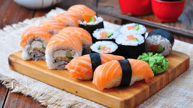 Suhsi umumnya menggunakan ikan salmon untuk bahan dasarnya