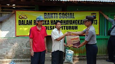 Peringati HUT Bhayangkara Ke-73, Polsek Pituruh Bagikan Sembako Ke 3 Desa