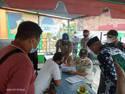 """TERKURUNG ZONA MERAH, PEMDA ACEH TENGAH GENCARKAN OPERASI YUSTISI  Takengon – Belum beranjak dari zona merah penyebaran COVID19, mengharuskan Pemda Aceh Tengah menggencarkan razia, Selasa (13/07).   Razia berupa operasi yustisi dengan menitikberatkan kepatuhan masyarakat dalam penerapan Prokes Covid19 di daerah itu. Razia dilakukan oleh Satpol PP dan WH Kabupaten Aceh Tengah dengan dibeckup Polri/TNI yang tergabung dalam Satgas Penegakan dan Pendisiplinan Prokes Covid19 Kabupaten Aceh Tengah. Razia kali ini menyasar kepada beberapa target kegiatan yang bisa menimbulkan kerumunan dimasyarakat seperti pesta pernikahan dan khitanan, maupun razia tempat-tempat usaha barang jasa. Lokasi yang menjadi razia tim Satgas kali ini yaitu seputaran kecamatan Kebayakan, Bebesen, dan Luttawar.  Kasatpol PP dan WH Kabupaten Aceh Tengah Syahrial Afri yang langsung memimpin razia mengatakan bahwa melihat perkembangan Kabupaten Aceh Tengah saat ini yang masih belum beranjak dari zona merah, semua kegiatan sosial kemasyarakatan harus dilaksanakan sesuai Surat Edaran (SE) Bupati Aceh Tengah Nomor 2136 Tahun 2021 yang mengatur tentang perpanjangan PPKM Mikro pengendalian penyebaran Covid19, serta surat Sekda Kabupaten Aceh Tengah Nomor: 331.1/2080/Satpol PP dan WH, tanggal 17 Juni 2021 perihal Laporan Kegiatan Sosial/Hajatan.  """"Reje (kepala kampung-red) selaku Ketua Gugus Covid19 Kampung adalah penanggungjawab sepenuhnya dalam penerapan Prokes Covid19 seluruh kegiatan sosail masyarakat yang ada di Kampungnya. Lalu Camat selaku Ketua Gugus Covid19 di Kecamatan, diharapkan selektif dalam memberikan rekomendasi kegiatan kemasyarakatan di Kampung sesuai zonasi"""", ujar Syahrial.  Sedikitnya 4 lokasi acara pernikahan dan 1 lokasi turun mandi berhasil didatangani Tim. Dan dari pengecekan, hampir semuanya telah menerapkan Prokes  COVID19 . Untuk itu kepada penyelenggara dan penanggungjawab acara, Tim mengharapkan agar Prokes COVID19 tersebut tetap dilaksanakan sampai dengan acara selesai. Sedangk"""