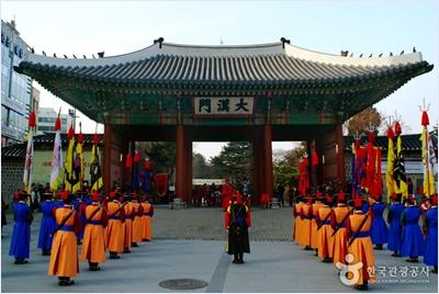ประตูแทฮันมุน (Daehanmun Gate) / พระราชวังท็อกซู (Deoksugung Palace)