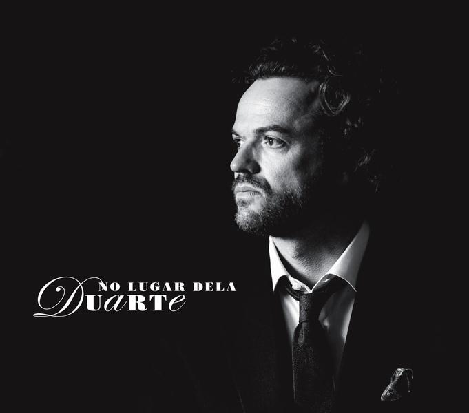 """Para Duarte, o novo álbum, """"No Lugar Dela"""", é """"o cantar e o contar do lugar de umas quantas mulheres"""", """"o olhar de um homem sobre esses lugares"""", """"porque estar no lugar dela é estar no lugar do outro""""."""