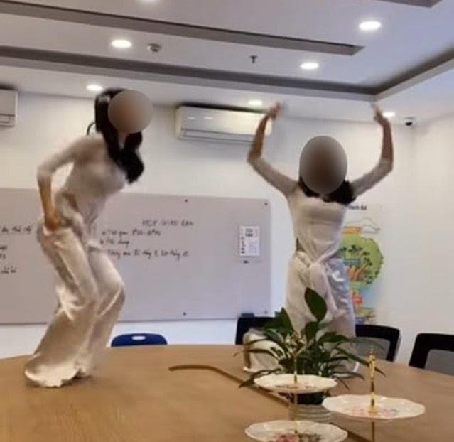 2 nữ sinh nhảy uốn éo đủ tư thế trên bàn làm việc của giáo viên