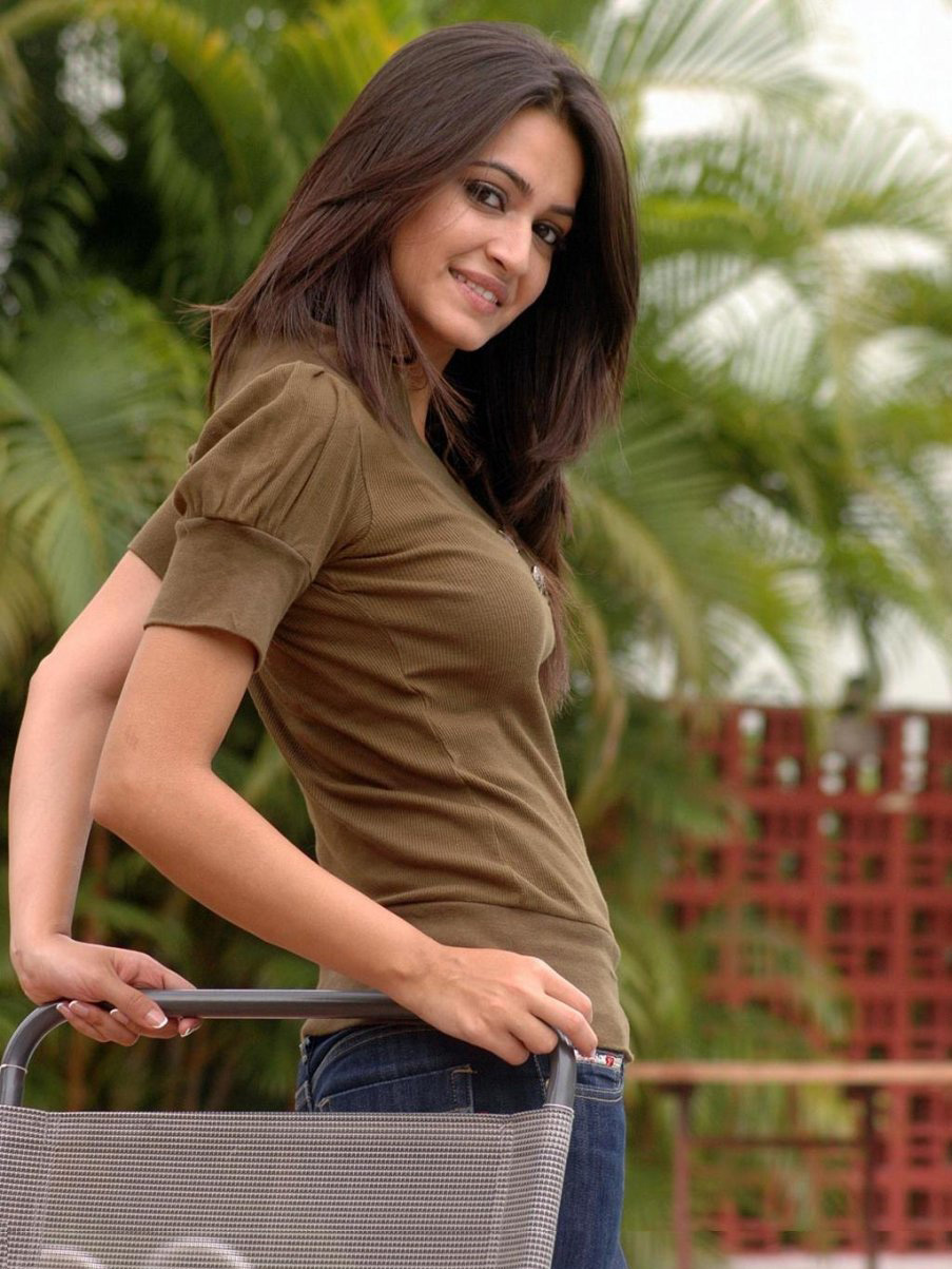 kriti kharbanda Hot Spicy PhotoShoot Gallery