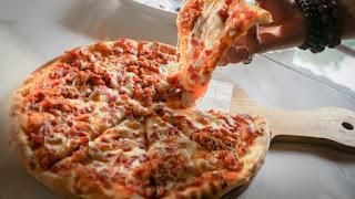 Lelehan keju mozarella pada pizza bolognese