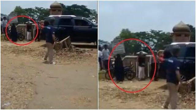 Video Detik-detik Pelaku sebelum Tusuk Wiranto, Terekam Mondar-mandir di Belakang Mobil