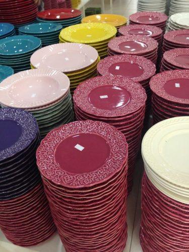 Pilhas de pratos outlets cerâmica Porto Ferreira