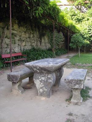 banco de jardim e mesa e bancos de granito