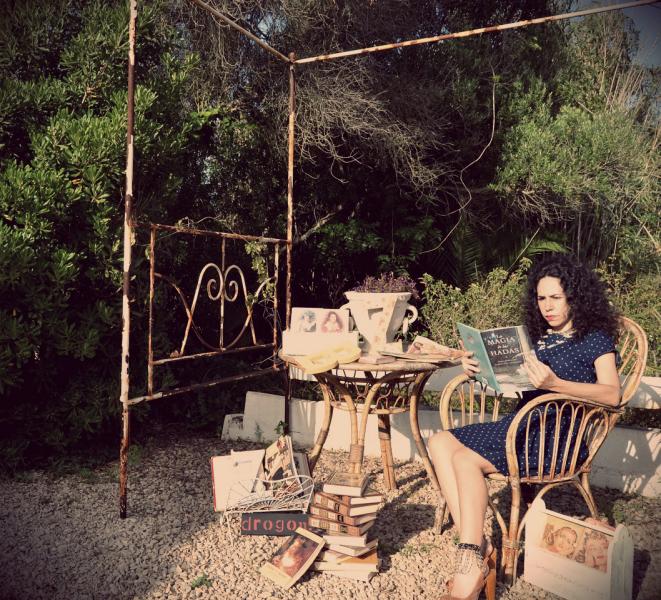 sesion de fotos en jardin, libros, vintage, cenador victoriano, hierro forjado blanco, Mollie crea mollie crea