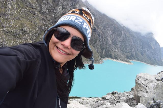 selfie de jovem com touca azul e oculos escuro