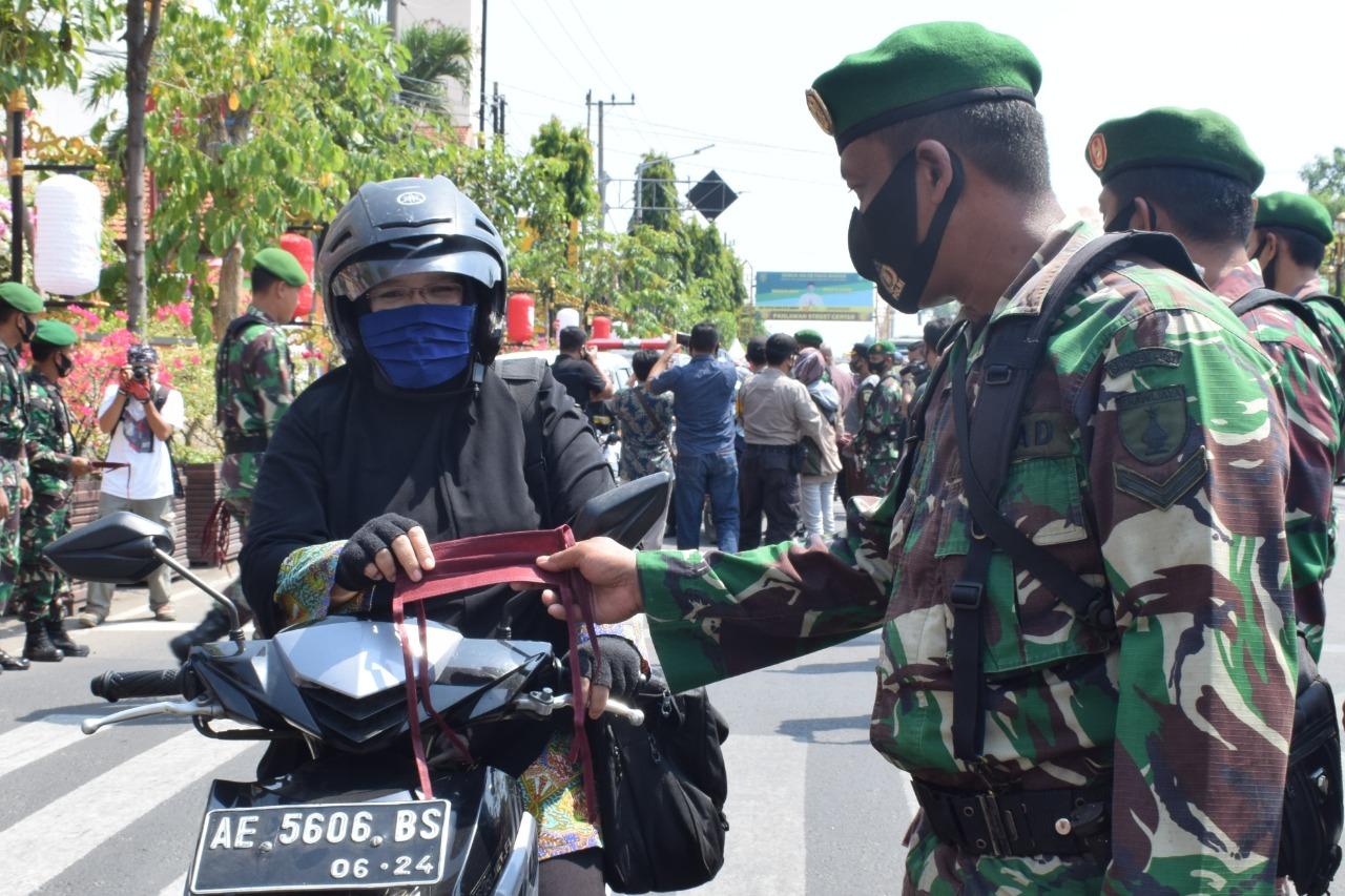 Personel Korem 081/DSJ Turut Kampanyekan Penggunaan Masker