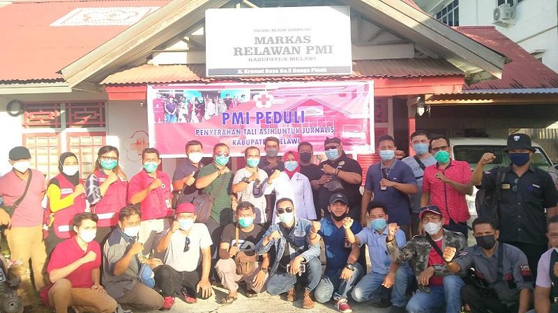 Program Melawan COVID-19, PMI Serah Tali Asih untuk Jurnalis Melawi