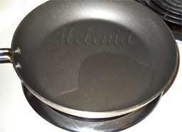 на раскаленной сковородке с растительным маслом.