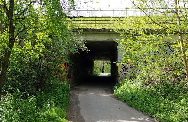 Küsten-Spaziergänge rund um Kiel, Teil 6: Der Rundweg um den Langsee. Folgt Ihr der Unterführung unter der B 76, gelangt Ihr in das Gebiet rund um den Kuckucksberg, das auch einen Ausflug wert ist.