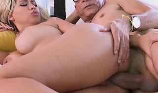 Video porno com uma loira de seios grandes