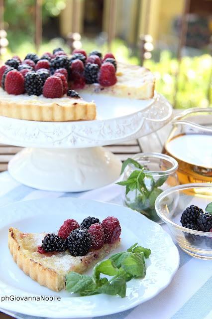 Crostata  con lamponi, more e crema pasticcera alle mandorle