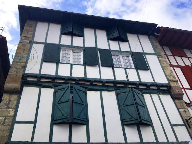 maison basque verte à Espelette