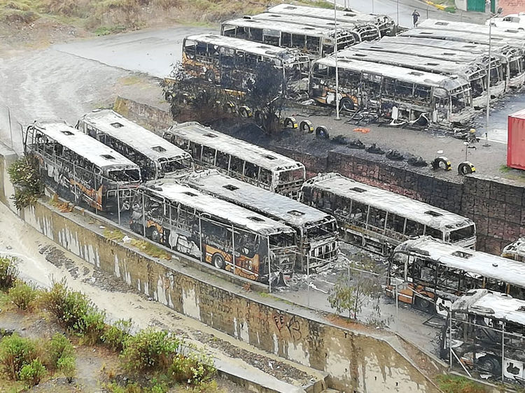 Garaje de buses municipales fue atacado e incendiado por la turba que bajó por la zona sur / AMN