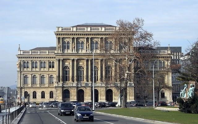 İlk Türkoloji Enstitüsünü kim kurdu ?